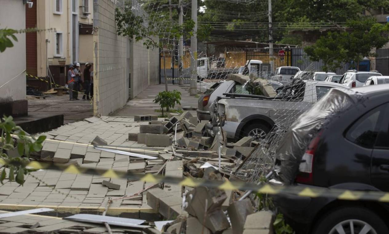 Vários veículos foram atingidos por muro derrubado por fortes ventos; ninguém se feriu Foto: Marcia Foletto / Agência O Globo