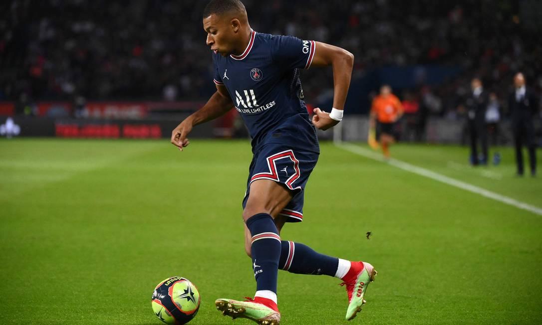 4º - KylianMbappé, do Paris Saint-Germain; 43 milhõesde dólares - R$ 227,1 milhões Foto: FRANCK FIFE / AFP