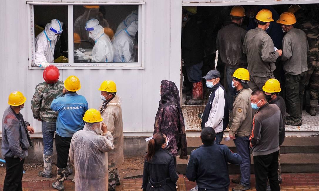 Construction workers wait to test Kovit-19 in Harbin, Heilongjiang Province, northeast China Photo: STR / AFP