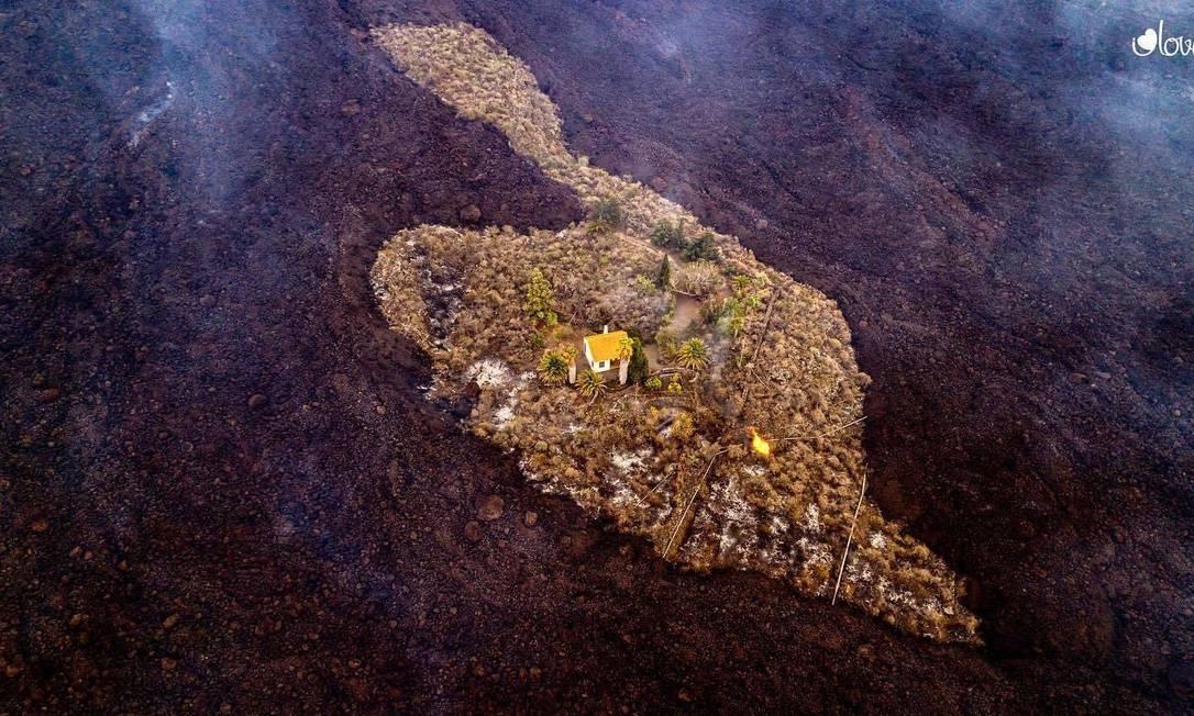 Feita com um drone, a fotografia mostra a casa intacta em meio à lava do vulcão Cumbre Vieja, que entrou em erupção no último domingo. Foto: Reprodução / Instagram / I Love The World