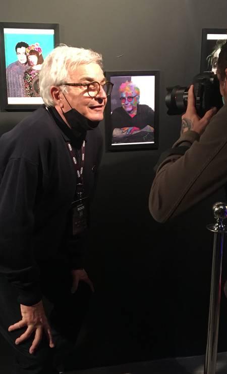 O cenógrafo Chico Spinoza posa ao lado do retrato que Rita Lee fez dele Foto: Luccas Oliveira