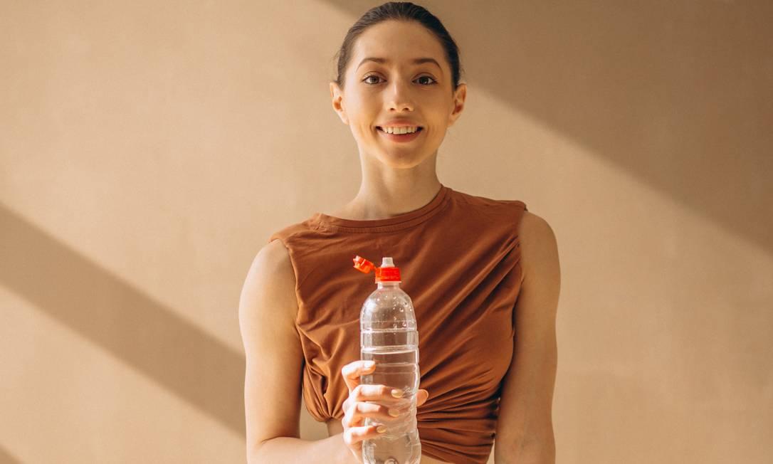 Para a maioria das pessoas saudáveis, dizem os especialistas, o correto é só beber quando estiver com sede Foto: Freepik