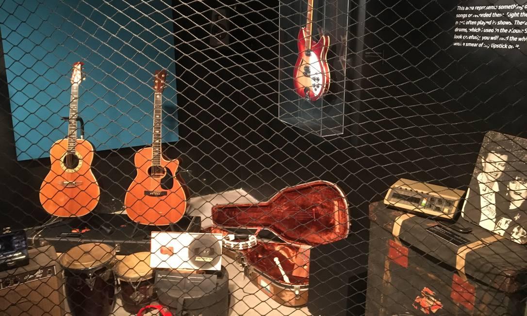 Instrumentos usados por Rita Lee em gravações; no canto inferior direito, foto autografada por David Bowie Foto: Luccas Oliveira