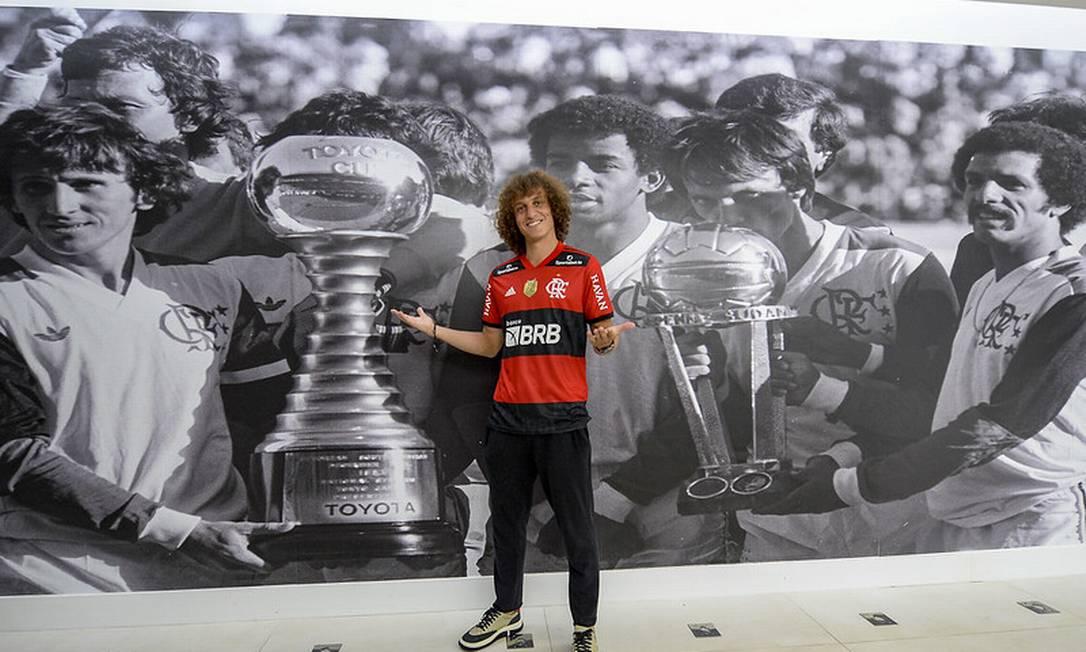 Zagueiro posa em foto histórica: ideia é mergulhar na cultura do clube Foto: Marcelo Cortes / Flamengo / Divulgação