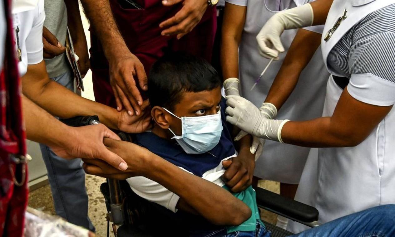 Em Colombo, no Sri Lanka, crianças de 12 anos e com comorbidades começam a ser vacinadas contra Covid-19 Foto: ISHARA S. KODIKARA / AFP - 24/09/2021