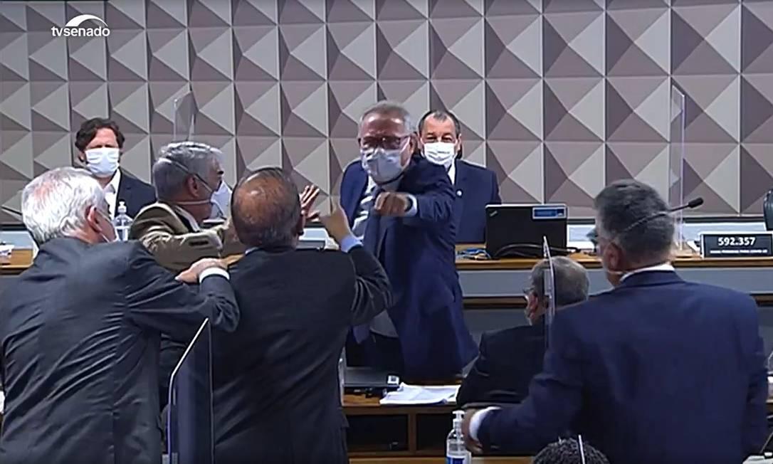 O relator da CPI da Covid, Renan Calheiros (MDB-AL), de oposição, e o senador governista Jorginho Mello (PL-SC), bateram boca na sessão de quinta-feira (23). Eles trocaram xingamento, e Renan saiu de sua cadeira e, com dedo em riste, tentou chegar até o local onde estava Jorginho. Outros senadores impediram o encontro entre eles Foto: Reprodução / TV Senado / Agência O Globo - 23/09/2021