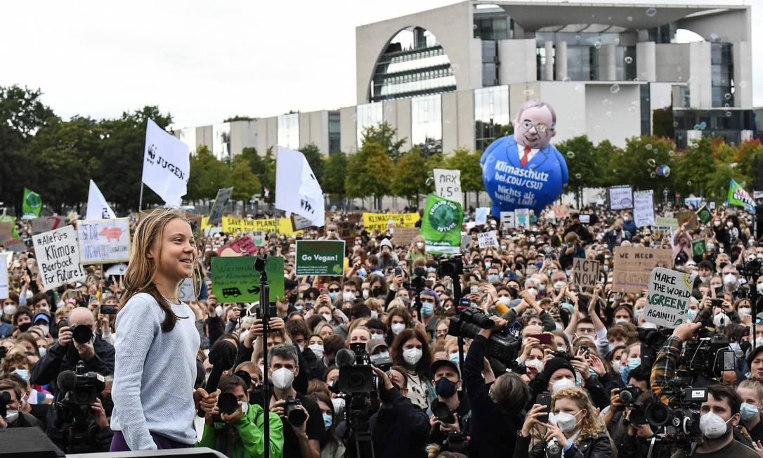 A ativista ambiental Greta Thunberg em discurso a manifestantes que protestam contra as mudanças climáticas em frente à Chancelaria Federal, em Berlim, a dois dias das eleições legislativas alemães Foto: Tobias Schwarz / AFP