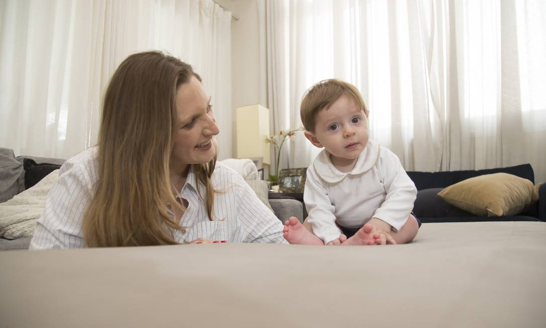 A engenheira Carla Rosa, de 41 anos, que teve seu fillho Leonardo, de sete meses, em meio a uma das quarentenas do último ano Foto: Edilson Dantas / Agência O Globo
