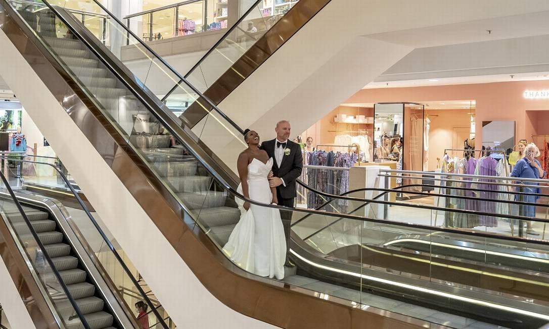 Os noivos Carlene Noel e Danny Sains foram os primeiros a casar na loja de departamentos de luxo Selfridges, na Oxford Street, em Londres Foto: Andrew Testa / The New York Times