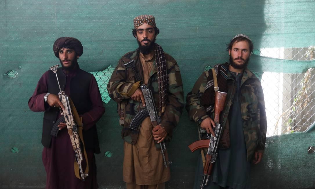 Soldados talibãs aguardam na Base Aérea de Bagram em Parwan, Afeganistão Foto: WANA NEWS AGENCY / REUTERS/23-09-2021