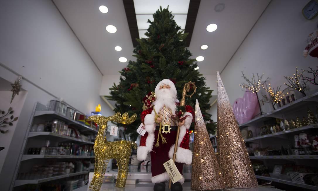 Então é Natal. Enfeites e Papai Noel nas prateleiras da Dora Presentes, na Saara Foto: Maria Isabel Oliveira