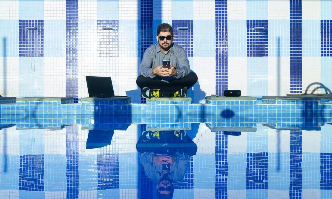 On-line 24 horas. O empresário Gustavo Annecchini não fica sem celular e internet nem para dormir: usa aplicativos até para monitorar a qualidade do sono Foto: Leo Martins