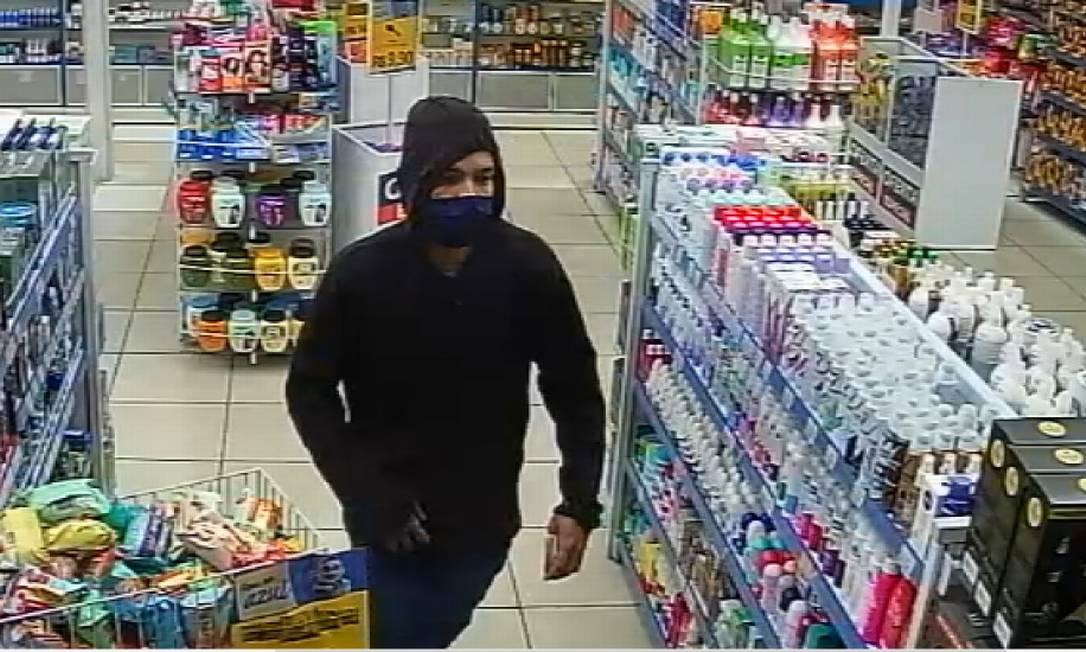 Imagens de câmera de segurança auxiliaram no reconhecimento do assaltante Foto: Reprodução