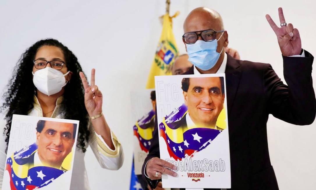 Delegação de Maduro chega à Cidade do México com cartazes pedindo a libertação do empresário Alex Saab, preso em Cabo Verde desde 2020