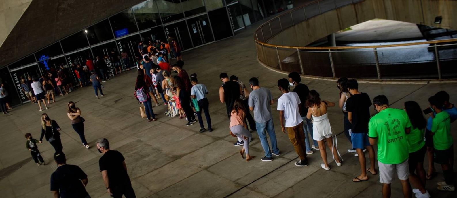 Vacinação na Cidade das Artes, Barra da Tijuca Foto: Brenno Carvalho / Agência O Globo