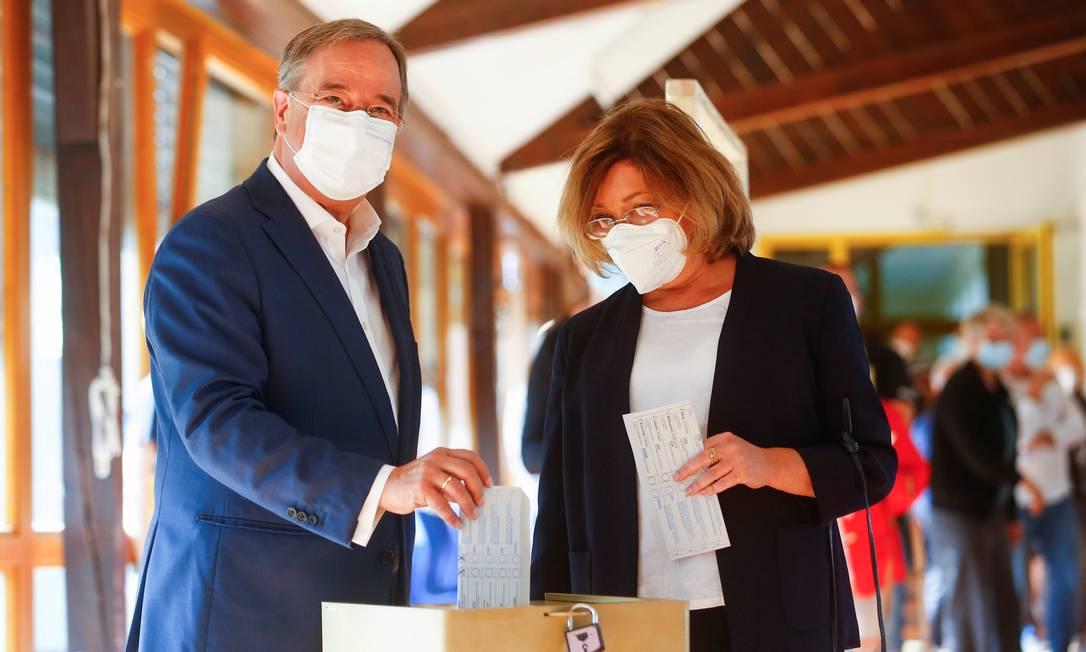 Armin Laschet, candidato da CDU, e sua esposa, Susanne Laschet, votam em Aachen, na Alemanha Foto: THILO SCHMUELGEN / REUTERS