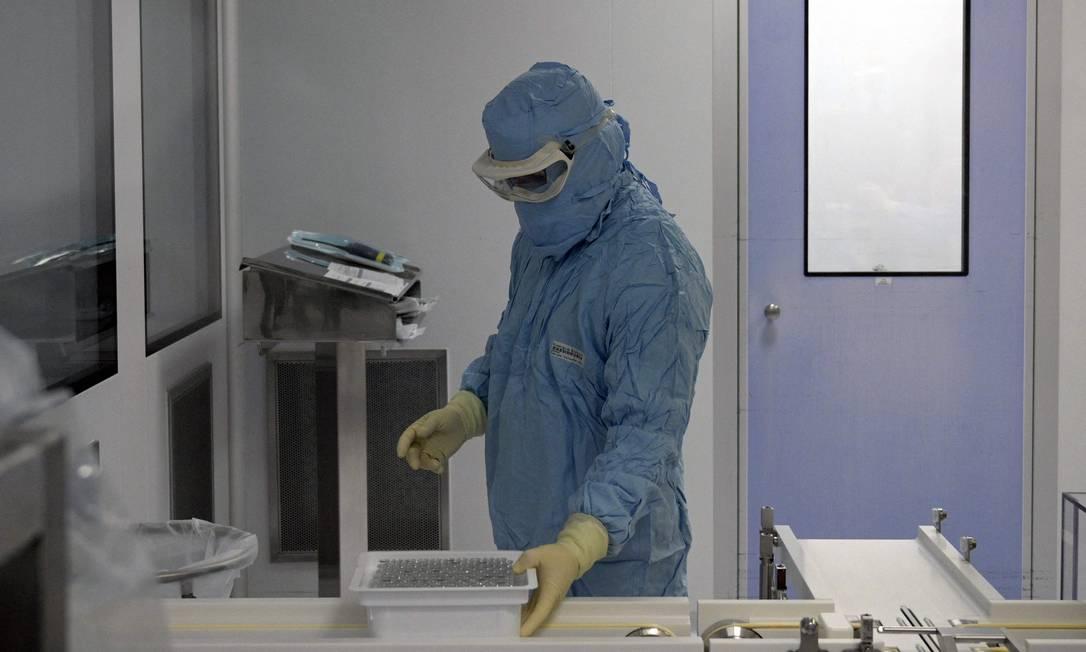 Vista do laboratório de envasamento da Sinergium Biotech que produzirá vacinas mRNA contra Covid-19 para a América Latina, na província de Buenos Aires, Argentina Foto: JUAN MABROMATA / AFP/22-09-2021