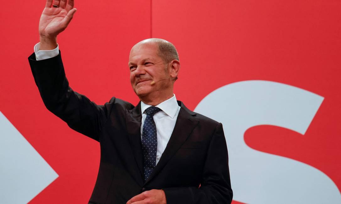 Olaf Scholz, indicado pelos social-democratas para ser o novo chanceler da Alemanha, acena a apoiadores em Berlim Foto: ODD ANDERSEN / AFP