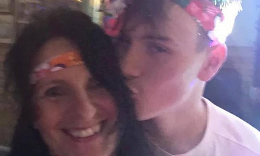 Lewis Roberts, que recobrou a consciência após ter morte celebral declarada por médicos no Reino Unido, com a mãe em foto anterior ao acidente de 13 de março de 2021 Foto: Facebook / Reprodução