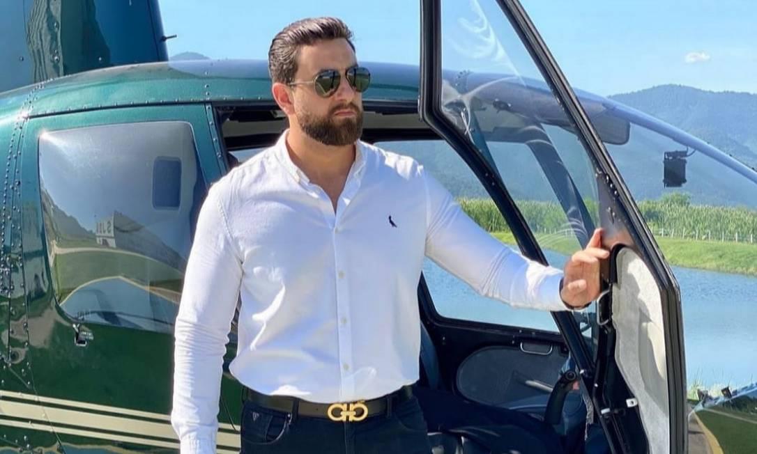 Michael Magno aparece ao lado de helicóptero em foto postada nas redes sociais Foto: Reprodução