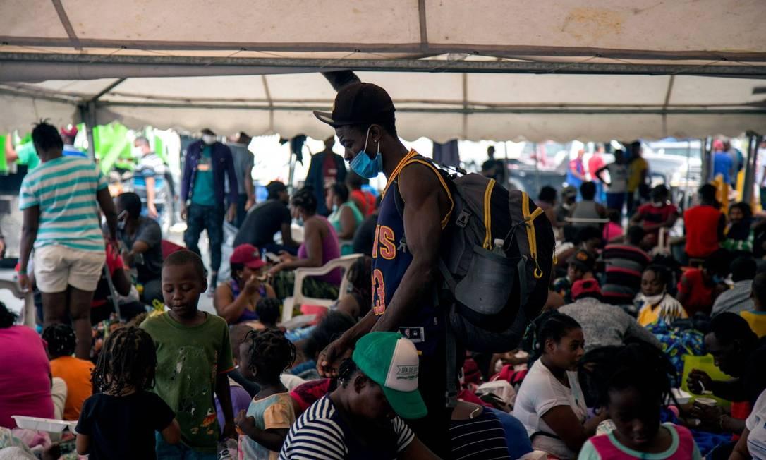 Migrantes haitianos aguardam resolução para deportação em acampamento montado em Monterrey, no Mexico, perto da fronterira com os EUA Foto: JULIO CESAR AGUILAR / AFP