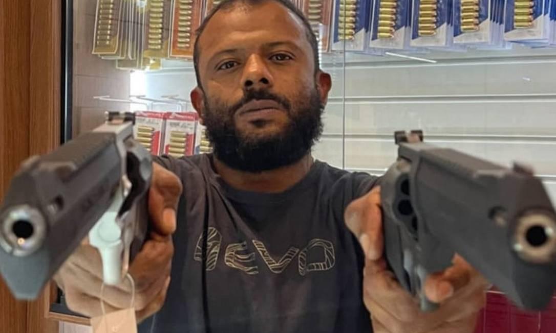 Delegado Da Cunha posa com armas em loja e exibe modelos nas redes sociais Foto: Reprodução