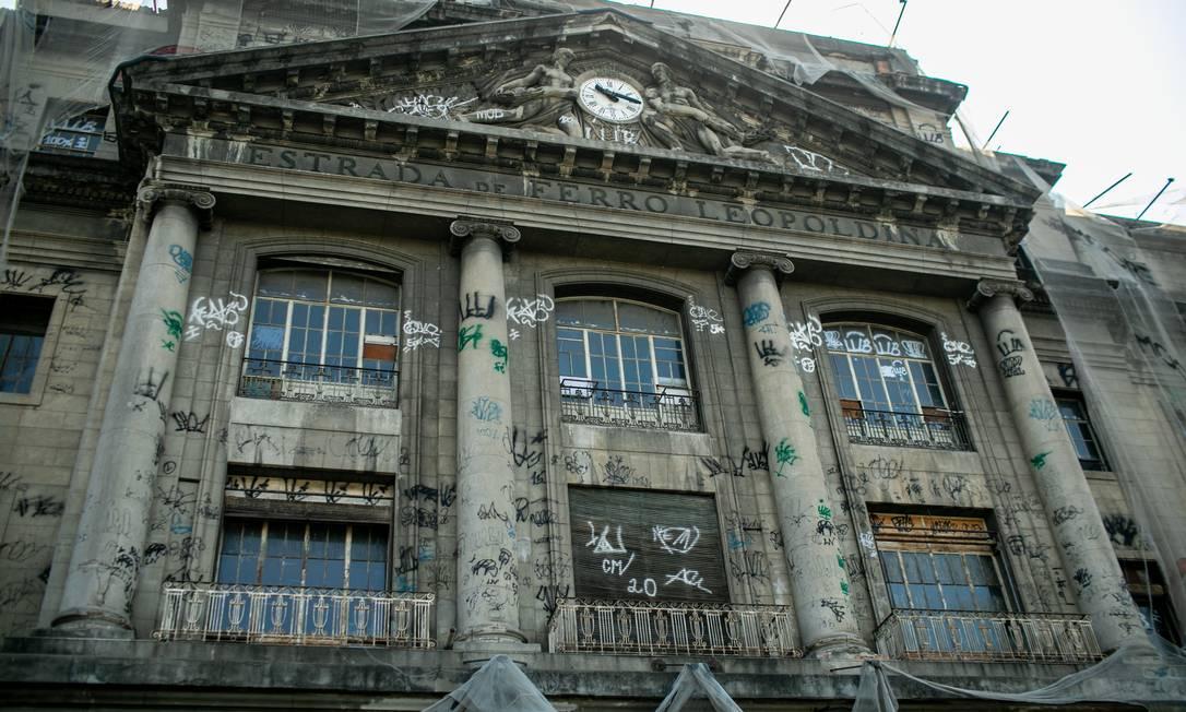 Fachada da estação: pichações, sujeira e ferrugem no prédio tombado pelo patrimônio Foto: Brenno Carvalho / Agência O Globo