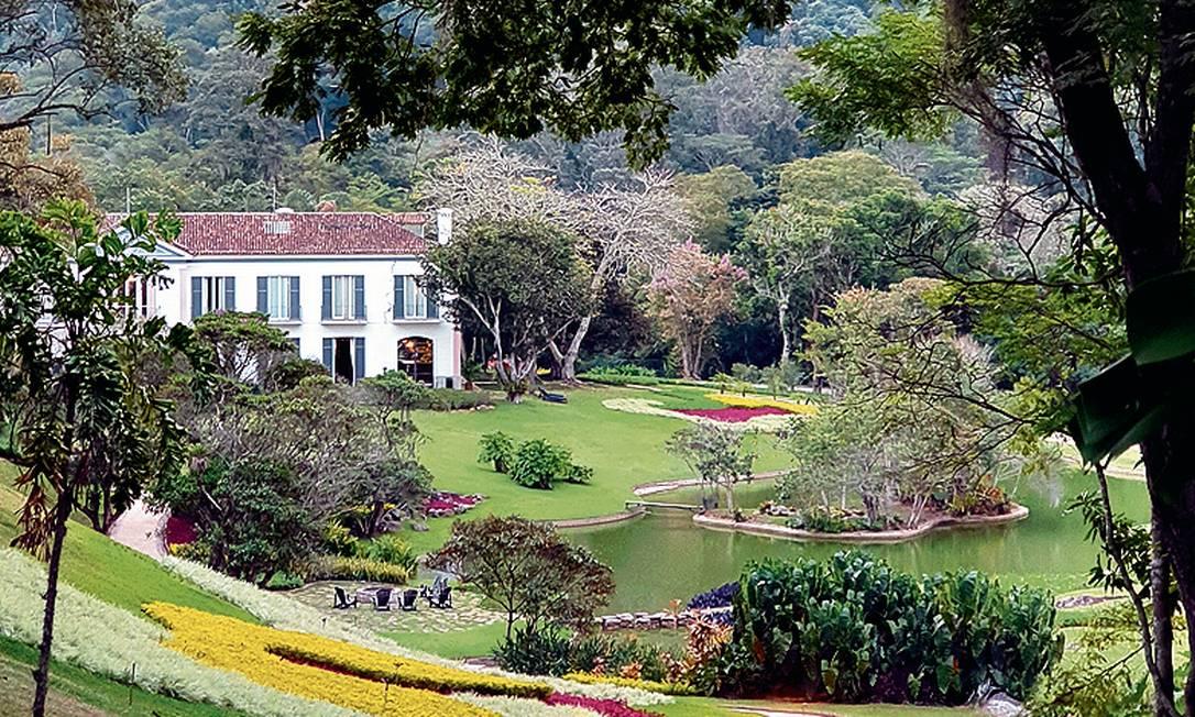 Em primeiro plano, o jardim de Roberto Burle Marx, que emoldura o visual do prédio principal da Casa Marambaia, hotel-butique em Petropolis Foto: Marcelo Balbio / O Globo