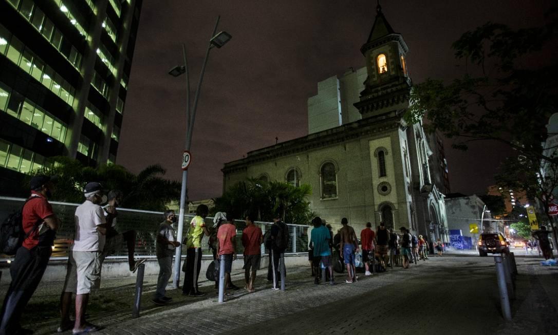 Diariamente, filas formadas por pessoas em busca de alimentos se formam no Centro do Rio Foto: Alexandre Cassiano / Agência O Globo
