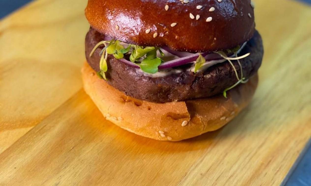 Macio. O Desencarnado (R$32) é o novo sanduíche vegetariano da Encarnado Burger (96988-6858). É feito com hambúrguer de feijão azuki, azeite defumado e sour cream servido em no pão brioche Foto: Divulgação