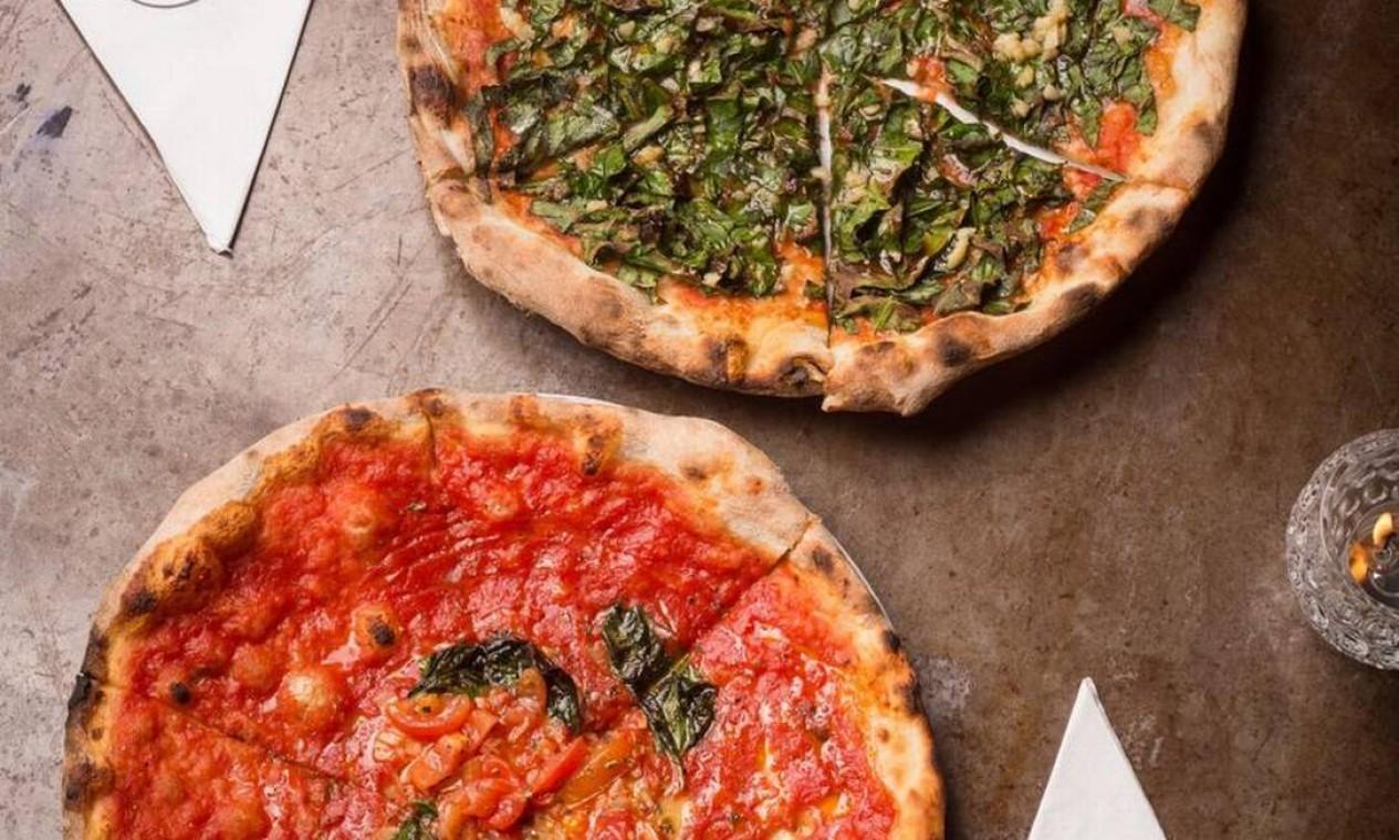 Circuito vegetariano. Para os fãs de pizza, a Ferro e Farinha (99605-0397), na Dias Ferreira, oferece duas opções com tomates marinados: Marinara (R$ 43), que leva ainda alho laminado, orégano e azeite, e a Adobo Verde (R$ 46), com grana padano, couve marinada em shoyu e gengibre e mel Foto: Divulgação