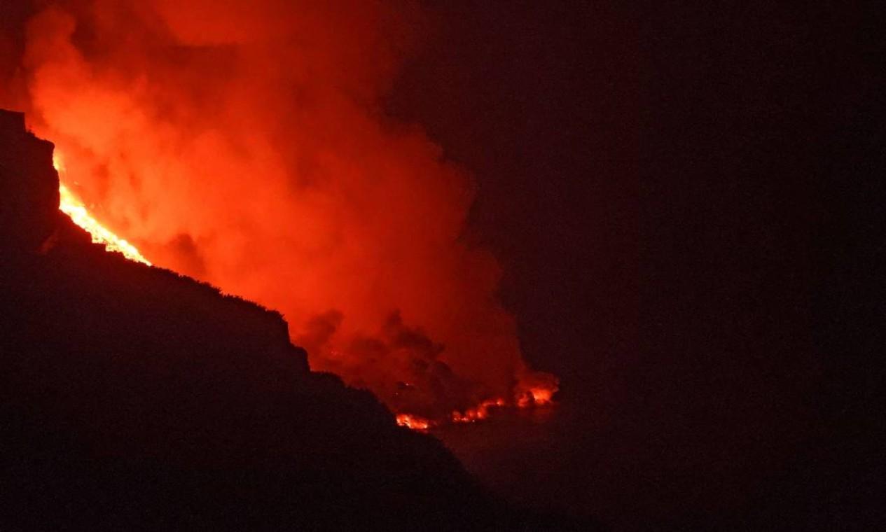 Nuvens de vapor foram vistas quando o magma entrou em contato com a água, o que suscitou preocupações acerca da liberação de gases tóxicos e reações químicas que podem irritar os olhos e a pele, além de prejudicar a respiração Foto: SUNSETS SWEDEN / AFP