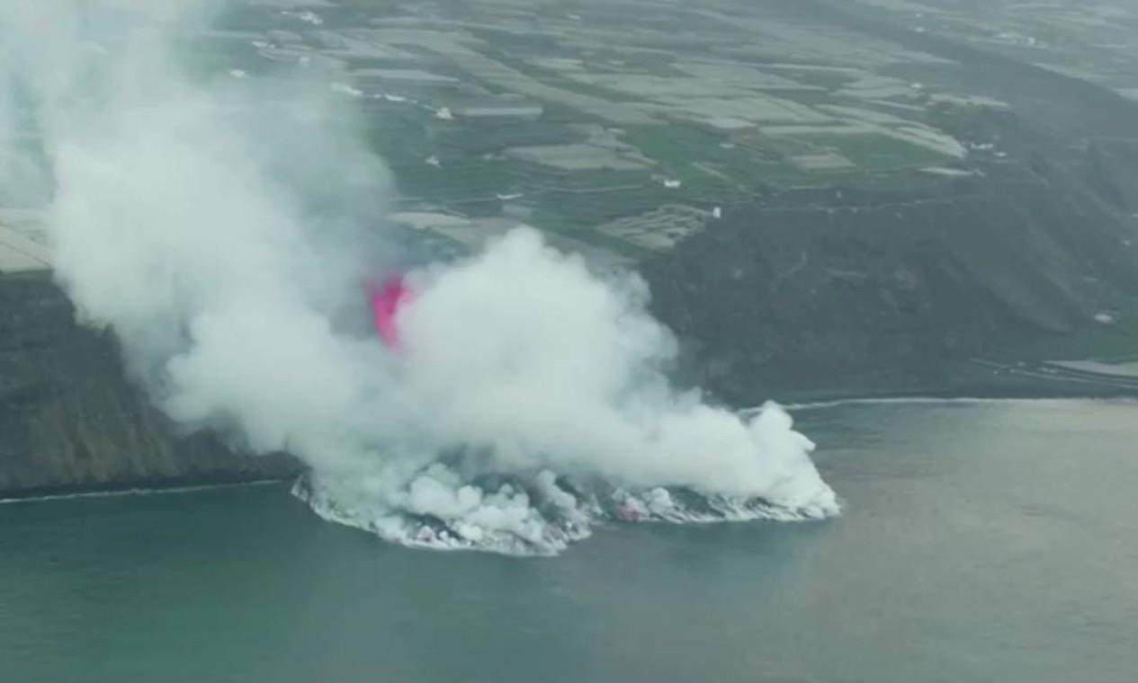 Gases gerados pelo encontro do magma com o Oceano Atlântico preocupa Foto: REUTERS TV / REUTERS