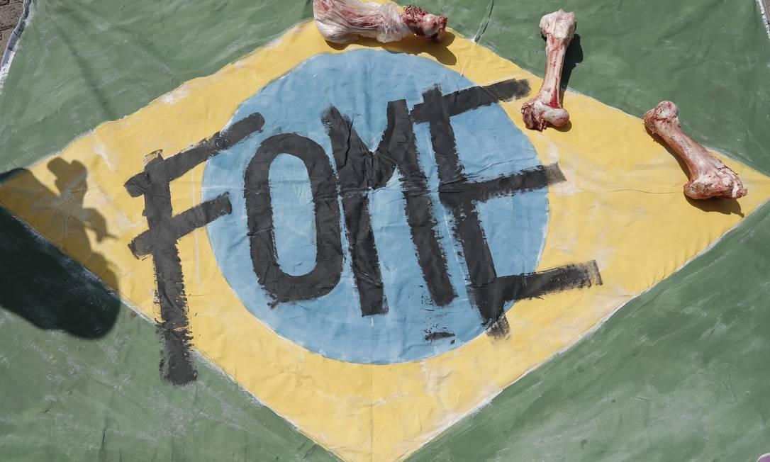 Manifestantes protestaram contra a fome no Brasil e a desigualdade social Foto: Pablo Jacob / Pablo Jacob / Agência O Globo