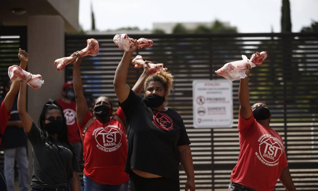 Manifestantes do Movimento de Trabalhadores Sem Teto (MTST) fazem protesto em frente ao condomínio em que vive o senador Flávio Bolsonaro (Patriota-RJ) em Brasília Foto: Pablo Jacob / Pablo Jacob / Agência O Globo