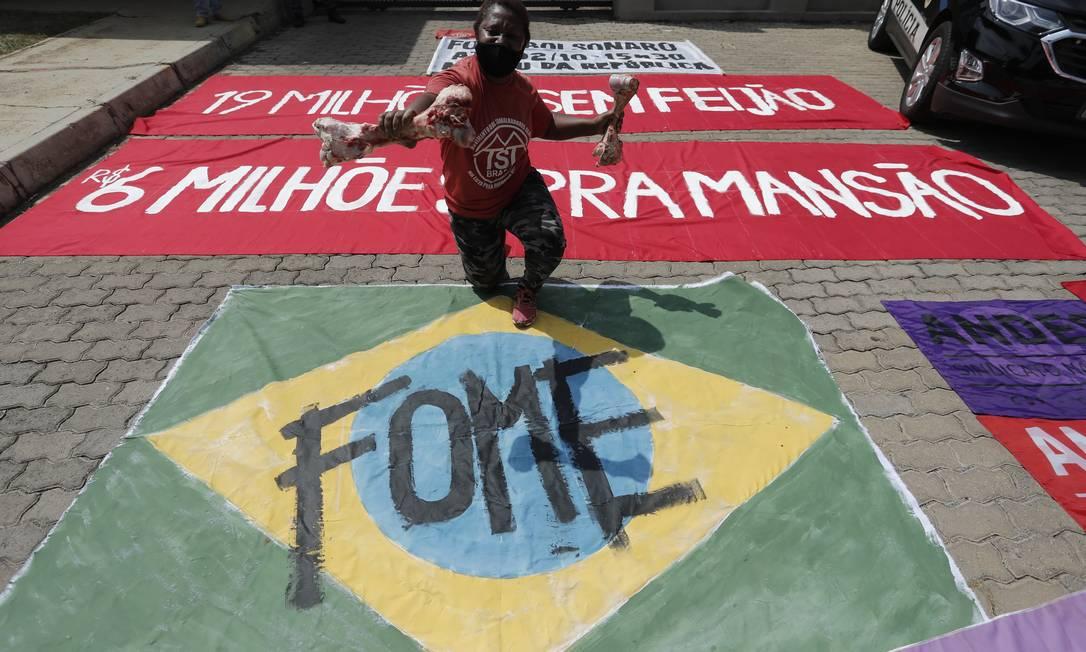 Cartaz diz: 19 milhões sem feijão e R$ 6 milhões para mansão, diz o cartaz Foto: Pablo Jacob / Pablo Jacob / Agência O Globo