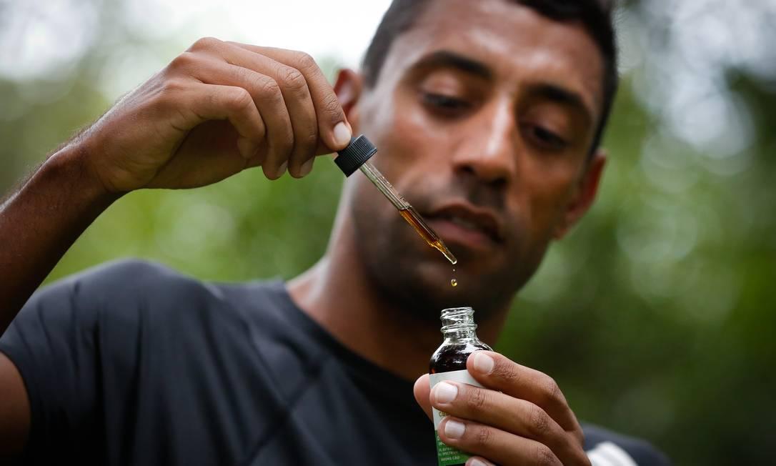 O maratonista Daniel Chaves usa canabidiol importado para tratar dores crônicas; substância será testada para diversas doenças. Foto: Pablo Jacob / Agência O Globo