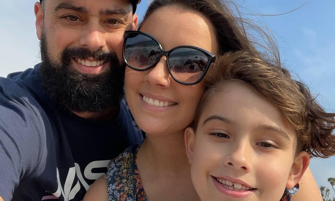 Saulo, Laryssa e Pedro Smith: família compartilha rotina de passeios e terapias no Instagram Foto: Agência O Globo
