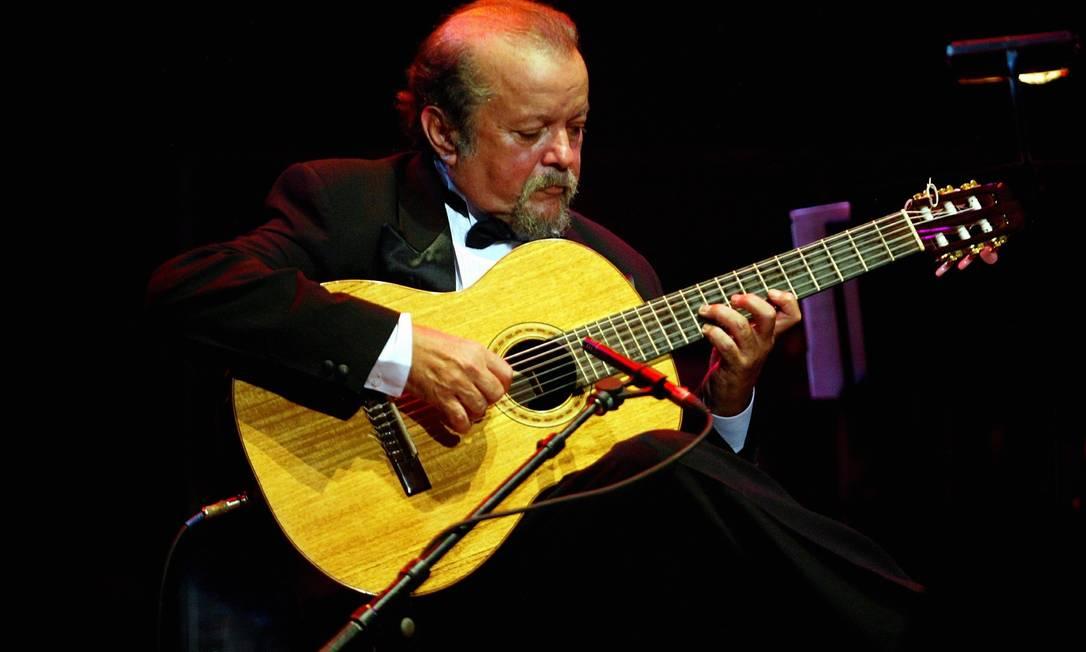 O violonista Sebastião Tapajós, em 2006 Foto: Camilla Maia / Agência O Globo