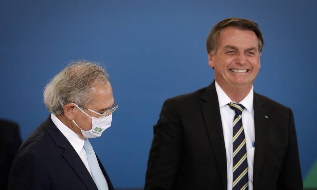 O ministro da Economia, Paulo Guedes, ao lado do presidente Jair Bolsonaro em evento no Palácio do Planalto Foto: Pablo Jacob / Agência O Globo