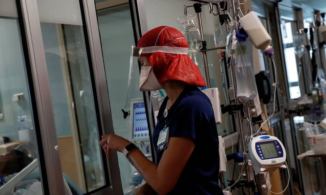 Enfermeira em Sarasota, na Flórida, entra em uma sala para pacientes com Covid na UTI do Hospital Memorial Sarastoa Foto: Shannon Stapleton / Reuters