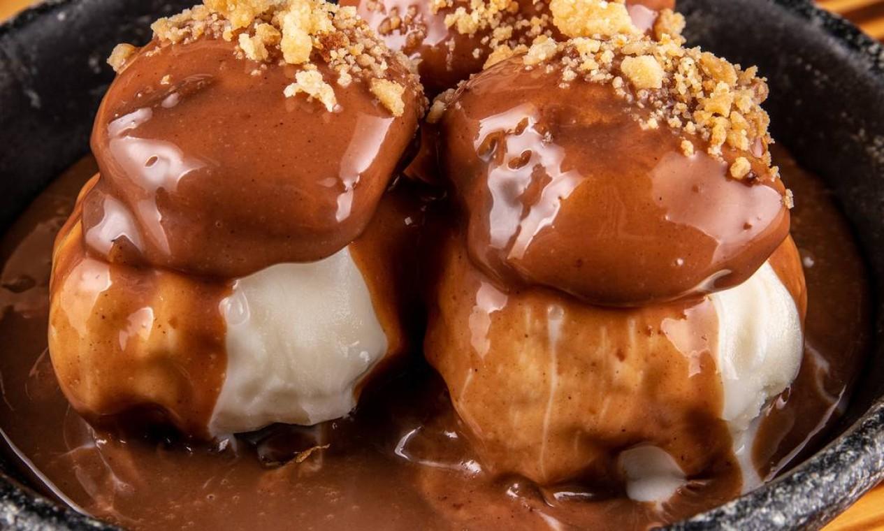A chef Aline Cury do restaurante Malta Beef Club desenvolveu uma calda brigadeiro que é um dos segredos do profiteroles. A sobremesa é uma das campeãs de vendas da casa e é servida por R$ 40. Telefone: 2402-3101 Foto: Divulgação/Tomás Rangel