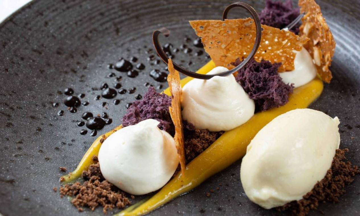 Raiz. Em Botafogo, o Signatures (97236-3218), restaurante da escola de gastronomia Le Cordon Bleu Brasil, uma das sobremesas mais pedidas é a Amazônia (R$ 49), uma junção de creme de cupuaçu, calda de taperebá, sponge cake de açaí, telha crocante de castanha, terra de cacau e sorvete de cumaru Foto: LipeBorges (lipeborges.com.br) / Divulgação/Lipe Borges