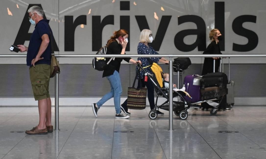 Viajantes desembarcam no terminal 5 do aeroporto Heathrow, em Londres Foto: DANIEL LEAL-OLIVAS / AFP
