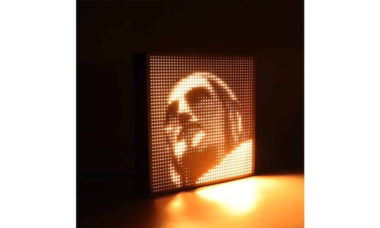 Quadro luminária de parede de led com o rosto da estátua (R$ 349,90) Foto: Divulgação
