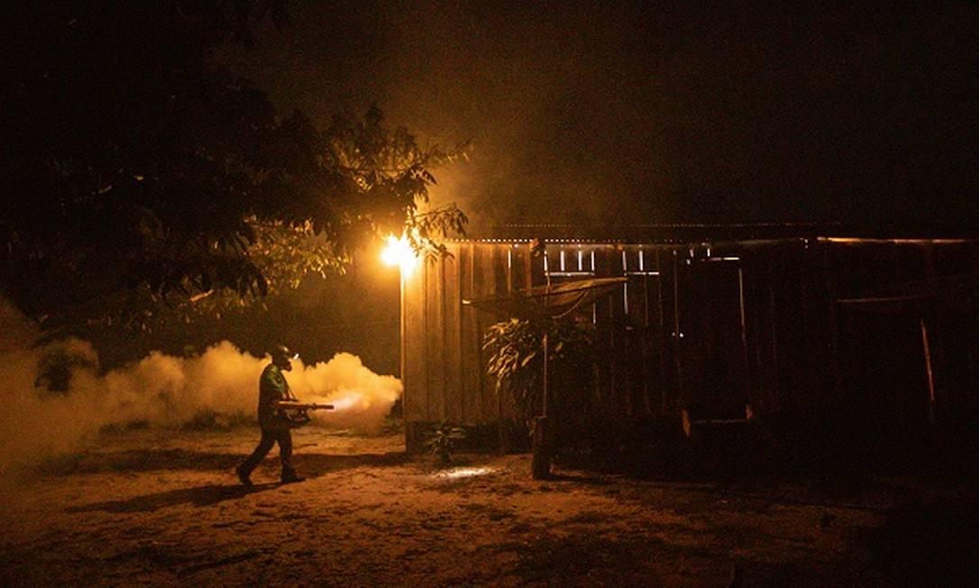 Equipe de Vigilância em Saúde coloca fumaça para matar possíveis mosquitos transmissores da malária, na Amazônia Foto: Brenno Carvalho / Agência O Globo
