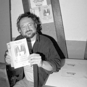 O cartunista Nanin em lançamento de livro em 1991 Foto: Marcos Ramos / Acervo O Globo (05-07-1991)