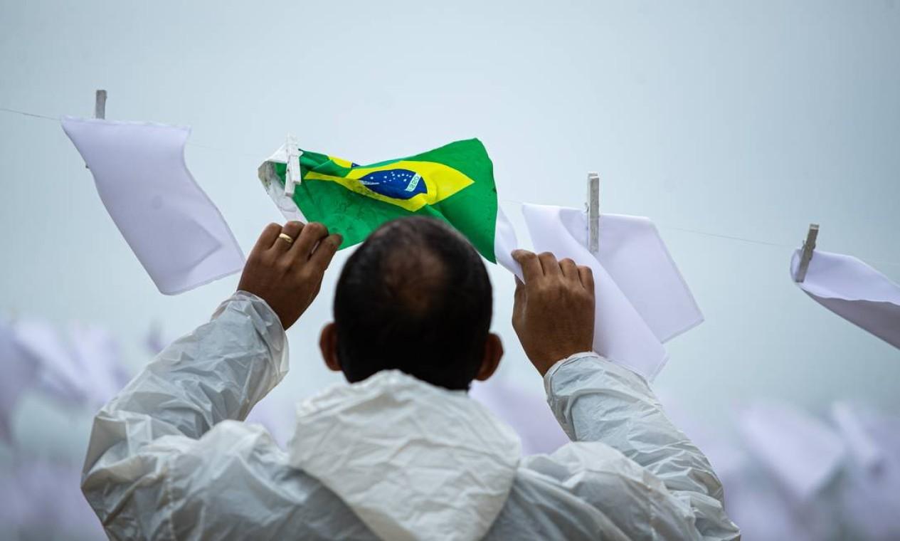 ONG Rio de Paz na Praia de Copacabana lembrou os quase 600 mil mortos pela Covid-19 no Brasil Foto: Hermes de Paula / Agência O Globo