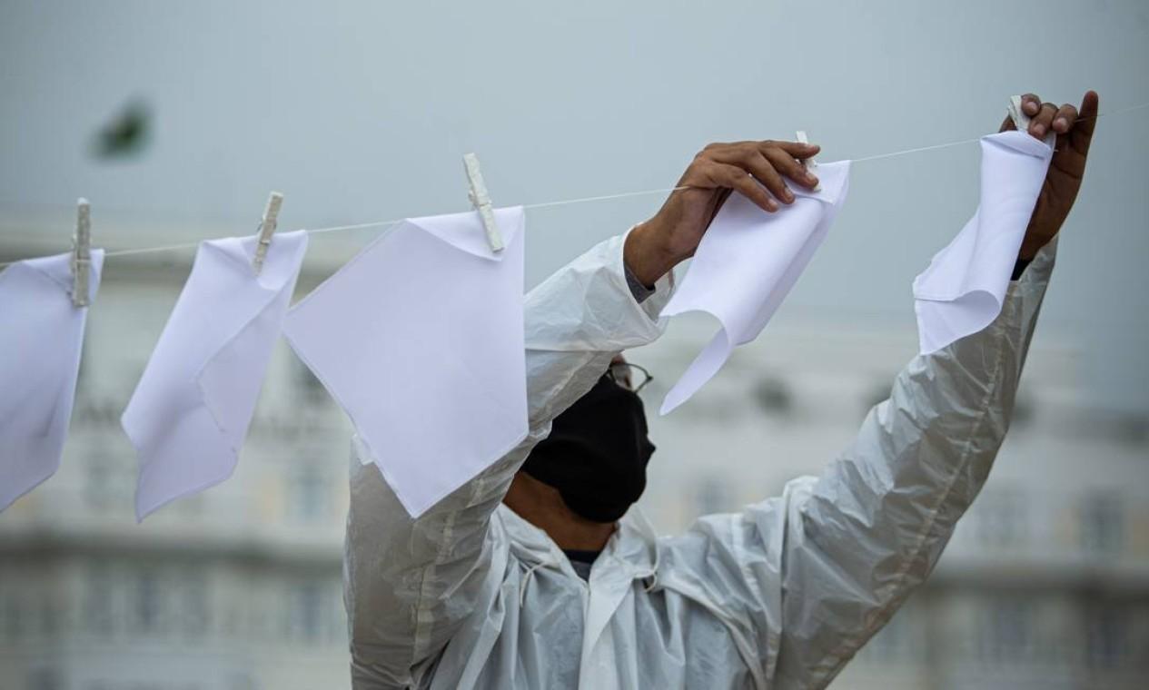 Os lenços serão levados por Márcio e pela ONG Rio de Paz a Brasília no dia 19 de outubro, data de encerramento da CPI da Covid Foto: Hermes de Paula / Agência O Globo