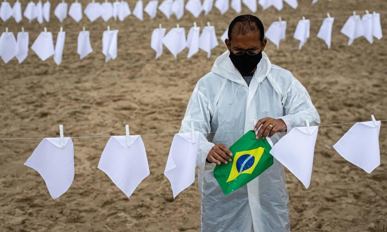 Ativista prega bandeira do Brasil em meio aos lenços brancos Foto: Hermes de Paula / Agência O Globo